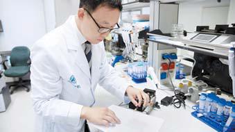 서울아산병원 신용 교수가 초박형 플라스틱 필름으 로 대장암 환자의 혈중 유리 핵산을 분리하고 있다.