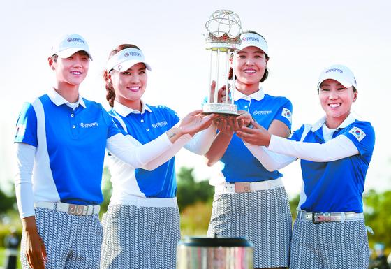 한국이 여자 골프 국가대항전 UL 인터내셔널 크라운에서 처음으로 우승을 차지했다. 우승 트로피를 들어올린 한국대표팀 박성현·유소연·전인지·김인경(왼쪽부터). [연합뉴스]