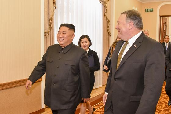 지난 7일 4차 방북한 폼페이오 미국 국무장관이 김정은 북한 국무위원장과 오찬을 함께 하기 위해 걸어가고 있다. 김 위원장 뒷편의 여성이 이날 새롭게 모습을 드러낸 북한측 통역관이다. 뒷편으로 멀리 김영철 노동당 부위원장의 모습이 보인다. [미국 국무부]