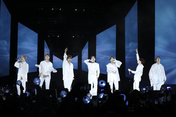 세계적 케이팝 그룹 방탄소년단(BTS)이 6일 밤(현지시간) 미국 뉴욕의 시티필드에서 '러브 유어셀프' (Love Yourself) 북미투어의 대미를 장식하는 피날레 공연을 하고 있다. [사진 빅히트 엔터테인먼트]