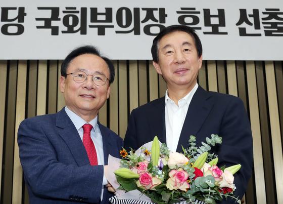 이주영 부의장이 지난 7월 자유한국당 국회 부의장 후보로 선출되고 김성태(오른쪽) 원내대표로부터 꽃다발을 받고 있다. [중앙포토]