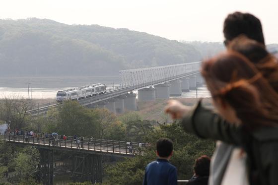 경기도 파주 임진각 경의선 철길에 '평화열차 DMZ 트레인'이 지나고 있다. 남북은 판문점 선언을 통해 경의선(서울~신의주)과 동해선(부산~원산)을 비롯한 도로를 연결하고 현대화해 활용하기 위한 실천적인 대책을 취해 나가기로 했다. <저작권자 ⓒ 1980-2018 ㈜연합뉴스. 무단 전재 재배포 금지.>