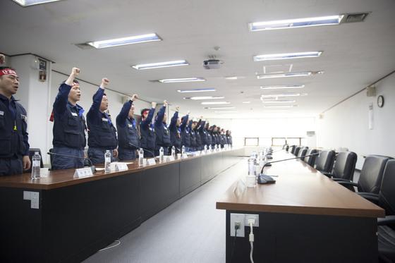 지난 4월 교섭 당시 한국GM 교섭위원들의 모습. [사진 한국GM 노동조합]