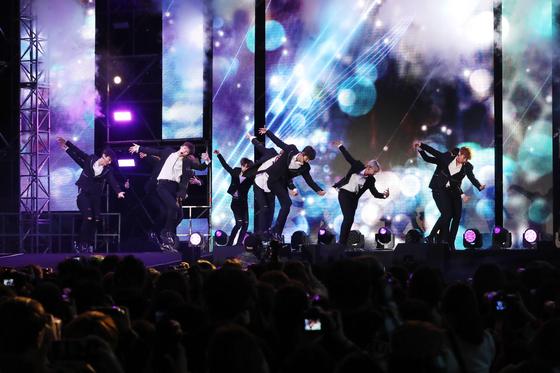 6일 서울 삼성동 특설무대에서 열린 '영동대로 K팝 콘서트'에서 워너원이 공연하고 있다. [김경록 기자]