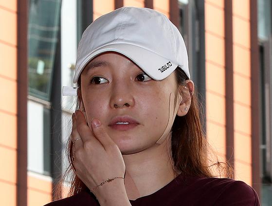 걸그룹 카라 출신 가수 겸 배우 구하라가 지난달 18일 오후 서울 강남경찰서에 출석하고 있다. [뉴스1]
