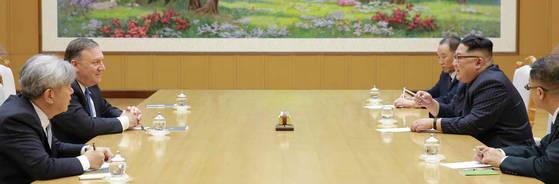 지난 5월 폼페이오의 2차 방북 당시 회담 모습. 김정은 위원장의 옆에는 김영철 노동당 부위원장과 김주성 통역관(가장 오른쪽 안경 쓴 인물)이 배석했다.
