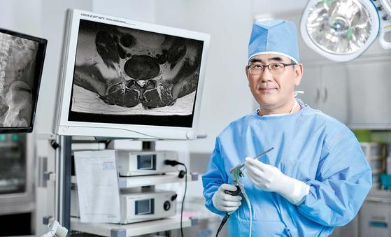 안용 교수는 기존 수술에 비해 정상 조직의 손상 범위를 크게 줄인 척추 내시경 수술을 국내에 정착·발전시키는 데 기여했다. 프리랜서 김동하