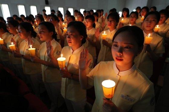 지난 5월 제주시 제주대학교에서 이 대학 간호대학 3학년 학생들이 촛불을 들고서 나이팅게일 선서를 하고 있다. [뉴스1]