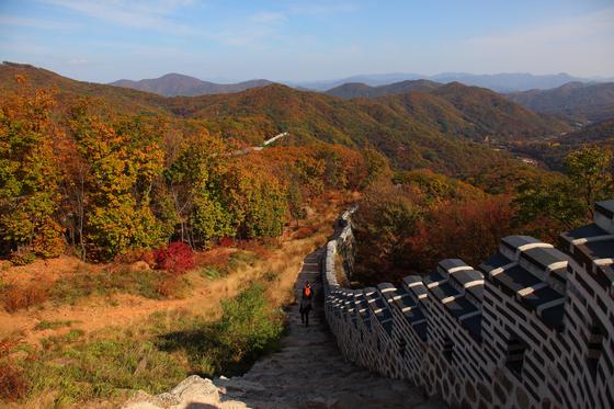 성곽을 벗하며 걷기 좋은 남한산성길. [사진 경기관광공사]