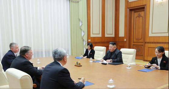 트럼프 대통령이 트위터에 올린 지난 7일의 폼페이오 미 국무장관과 김정은 위원장의 면담 사진. 김정은 위원장 옆에는 여동생 김여정 노동당 부국장(가장 오른쪽)과 여성 통역관이 앉았다. [트위터 캡처]