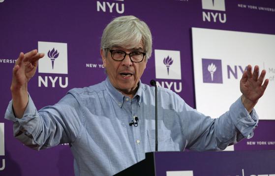 올해 노벨경제학상 공동수상자로 선정된 폴 로머 교수가 8일(현지시간) 뉴욕대에서 기자회견을 열고 소감을 밝히고 있다. [로이터=연합뉴스]