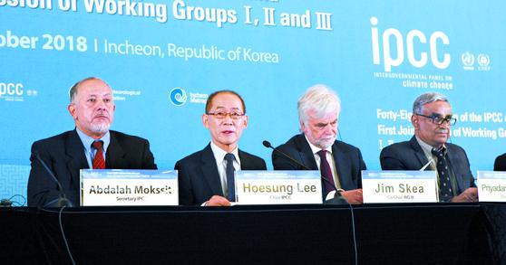 이회성(왼쪽 둘째) IPCC 의장 및 의장단이 8일 인천 송도컨벤시아에서 열린 '제48차 기후변화에 관한 정부간 협의체 총회' 에서 채택된 지구온난화 1.5도 특별보고서에 대해 설명하 고 있다. [사진 기상청]