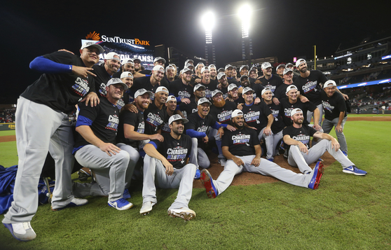 LA 다저스 선수들이 9일 디비전시리즈 4차전에서 승리한 뒤 기념촬영을 하고 있다. [연합뉴스]