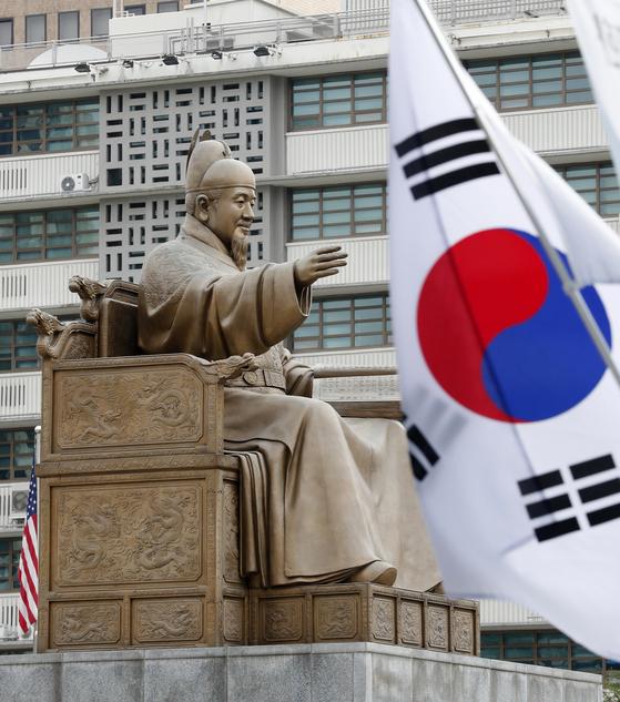 572돌 한글날인 9일 서울 세종대로 광화문광장 인근에 태극기가 게양돼 있다. 한글날은 3.1절, 제헌절, 광복절, 개천절과 함께 5대 국경일 중 하나다. [뉴스1]