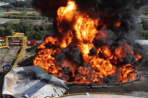 7일 오후 경기도 고양시 덕양구 저유소의 휘발유 탱크에 큰 불이 난 모습. 이 불은 17시간만에 진압됐다. [뉴스1]