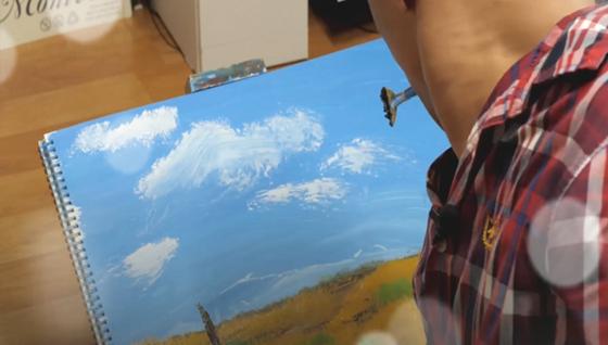지난달 19일 경인장애인자립생활센터 체험홈에서 구족화가 최태웅(38)씨가 입에 붓을 물고 즉석에서 그림을 그리고 있다.