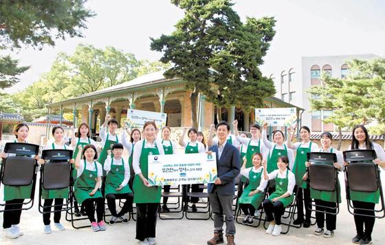 스타벅스커피 코리아는 올해로 10년차를 맞은 덕수궁 정관헌 문화 행사를 기념해 1200만원 상당의 관람용 의자 150개를 기증했다