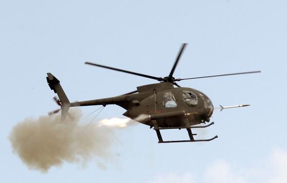 2010 육군항공 사격대회에서 500MD 가 로켓을 표적을 향해 발사하고 있다. [중앙포토]