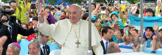 프란치스코 교황이 방한 나흘째인 지난 2014년 8월 17일 충남 서산시 해미읍성을 찾아 아시아 청년대회 폐막미사를 집전하기위해 입장하며 신자들과 시민들에게 손을 들어 인사하고 있다. [중앙포토]