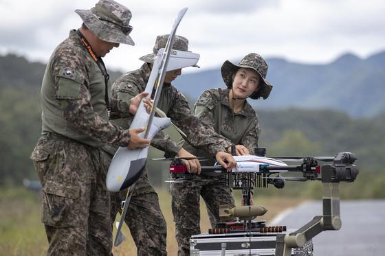 지난 28일 육군 드론봇 전투단이 창설됐다. 드론봇 전투단 장병들이 부대 인근 활주로에서 드론과 로봇 운용기술을 숙달하고 있다. [육군 제공] <저작권자 ⓒ 1980-2018 ㈜연합뉴스. 무단 전재 재배포 금지.>