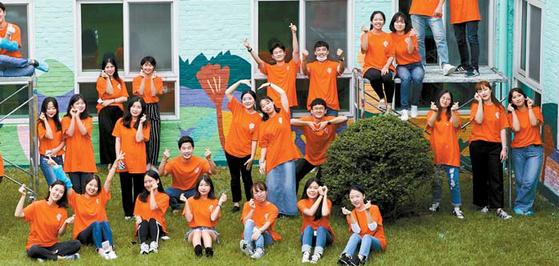 지난달 서울시립남부장애인복지관 벽화 봉사활동에 참가한 미래에셋 장학생들. [사진 미래에셋]