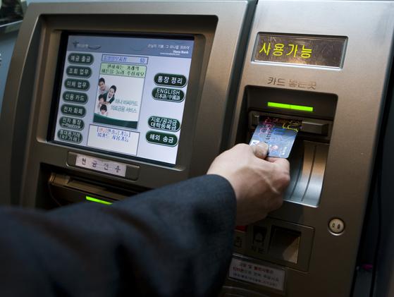 은행이 사라진다···5년새 점포 12%, ATM 21% 줄어
