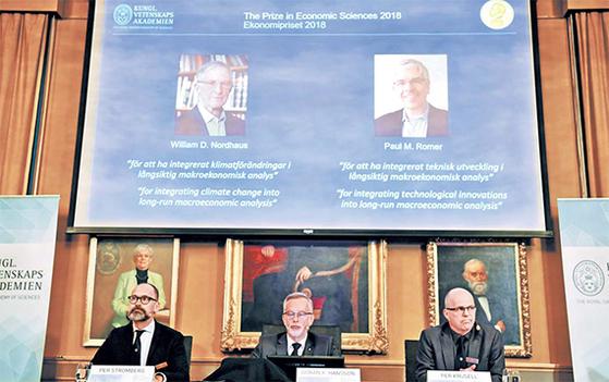 스웨덴 왕립과학원 노벨위원회는 8일(현지시간) 기자회견을 열고 노벨 경제학상 수상자를 발표했다. 윌리엄 노드하우스 미국 예일대 교수(화면 속 왼쪽)와 폴로머 미국 뉴욕대 교수(오른쪽)가 주인공이다. 두 사람은 각각 기후변화의 경제적 효과와 '내생적 성장' 이론을 연구했다. [스톡홀름=연합뉴스]