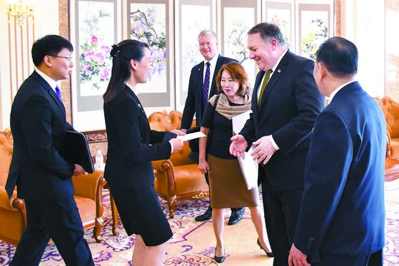 마이크 폼페이오 미국 국무장관(오른쪽 둘째)이 지난 7일 평양에서 김정은 위원장과 면담한 뒤 김여정 부부장으로부터 봉투를 받고 있다. [연합뉴스]