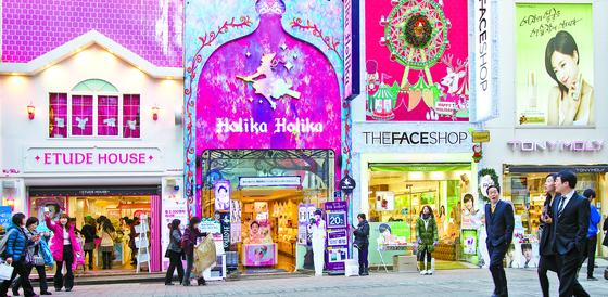 더페이스샵·토니모리·에뛰드하우스 등 로드숍 화장품 브랜드가 몰려 있는 서울 명동 거리. [중앙포토]