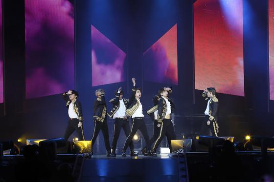 방탄소년단(BTS)이 6일 밤(현지시간) 미국 뉴욕의 시티필드에서 '러브 유어셀프'(Love Yourself) 북미투어의 대미를 장식하는 피날레 공연을 하고 있다. [사진 빅히트 엔터테인먼트]