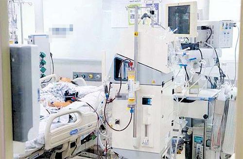 서울의 한 대학병원 중환자실에 한 말기 암환자가 혈액투석기 등의 연명의료 장치를 달고 있다. [중앙포토]