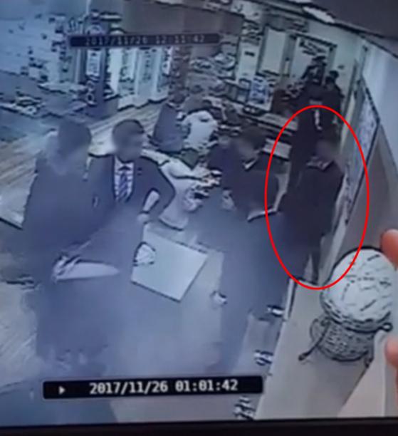 온라인에 공개된 '곰탕집 성추행' 사건 당시 CCTV 영상. 검은 정장을 입은 여성(피해자)이 남성(피고인)을 향해 따지고 있는 장면이다. [보배드림 커뮤니티 캡쳐]