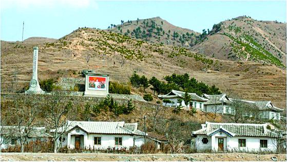 나무가 거의 없어 민둥산에 가까운 모습을 드러내고 있는 북한의 산림. 국립산림과학원은 북한 지역의 산림 899 가운데 32%가 황폐화한 것으로 분석하고 있다. [사진 김성일 서울대 산림과학부 교수]