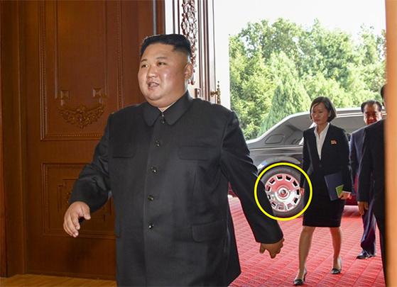 김정은 북한 국무위원장이 7일 백화원에 입장하고 있다. 김 위원장이 내린 차의 휠에 롤스로이스의 R(원 안)이 보인다. [사진 미 국무부]