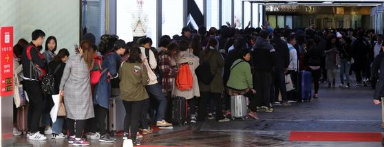 서울 시내 한 면세점 풍경. 사드 이후 중국인 관광객은 줄고 대리구매를 위한 다이공만 늘었다. [연합뉴스]
