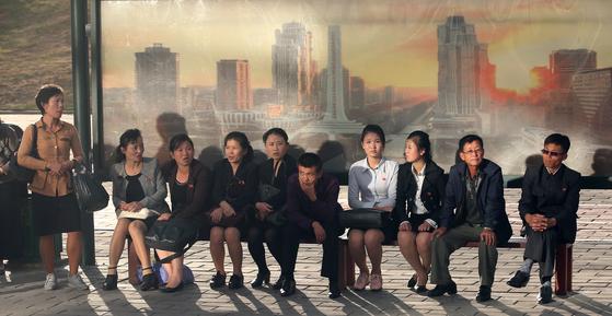 지난 6일 평양 시민들이 버스를 기다리고 있다. [평양사진공동취재단=연합뉴스]