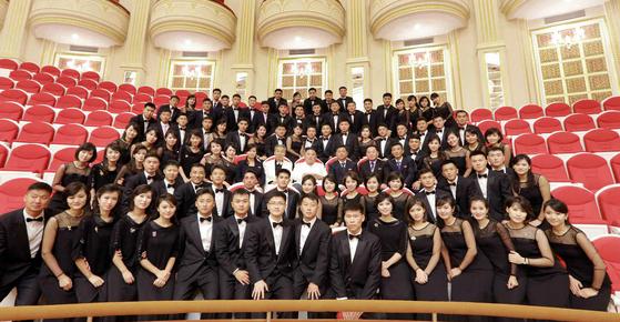 김정은 북한 국무위원장이 10일 삼지연관현악단을 시찰한 후 단원들과 기념사진을 찍고 있다.[연합뉴스]