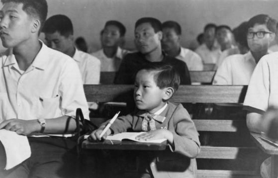 '원조 신동'으로 불렸던 김웅용씨가 4살 때 한양대에서 청강생으로 공부하는 모습. [사진=김웅용씨]