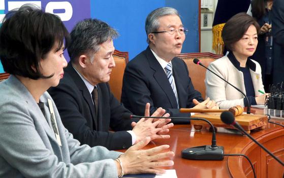 김종인 더불어민주당 비상대책위원장(오른쪽 둘째)이 기자간담회에서 손혜원 홍보위원장(왼쪽)을 정청래 의원 지역구인 서울 마포을에 전략 공천한다고 밝혔다. [중앙포토]