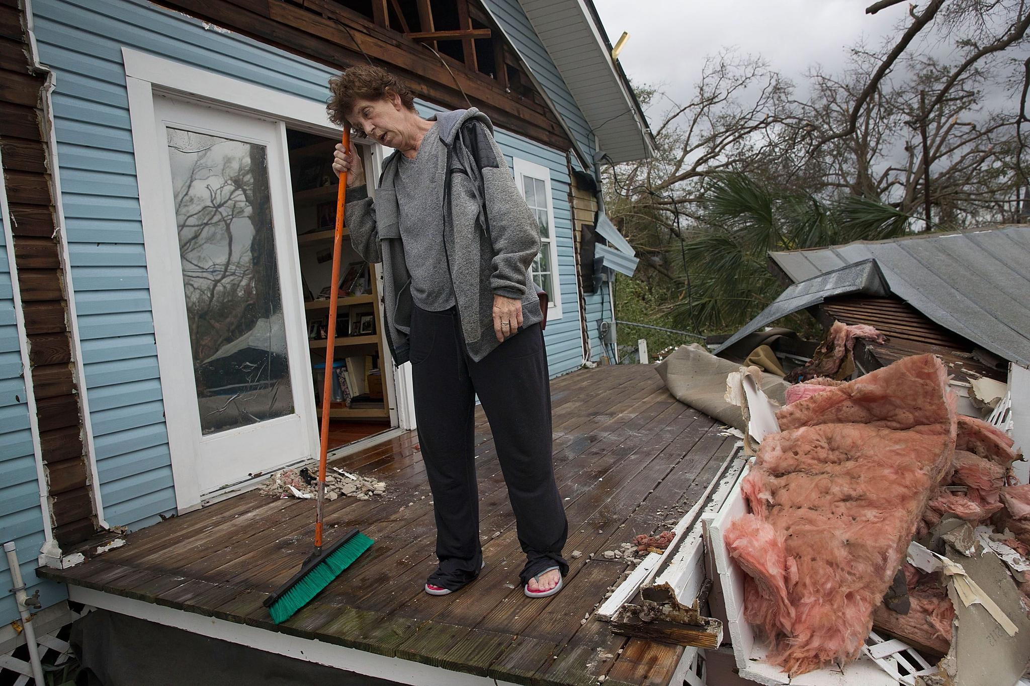 10일(현지시간) 미국 플로리다 주 파나마 시티에서 한 시민이 마이클로 인해 파손된 자신의 집을 정리하던 중 허탈한 표정을 짓고 있다. [AFP=연합뉴스]