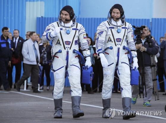 11일 카자흐스탄의 바이코누르 우주기지에서 소유스 MS-10에 탑승해 국제우주정거장(ISS)으로 향하는, 미국인 우주인 닉 헤이그(오른쪽)와 러시아 우주인 알렉세이 오브치닌. [연합뉴스]