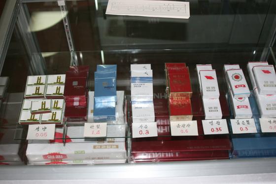 2006년 5월 촬영한 평양에서 판매 중인 담배 사진. 당시 가격은 0.3~1.4달러였다. 현재는 2~5 달러 수준이다. 평양=정용수기자