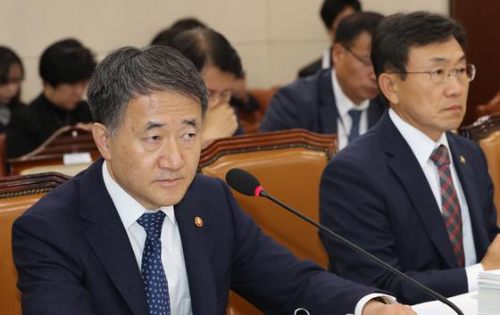 박능후 보건복지부 장관(왼쪽)이 11일 국회에서 열린 보건복지부 국정감사에서 의원질의를 듣고 있다. [연합뉴스]
