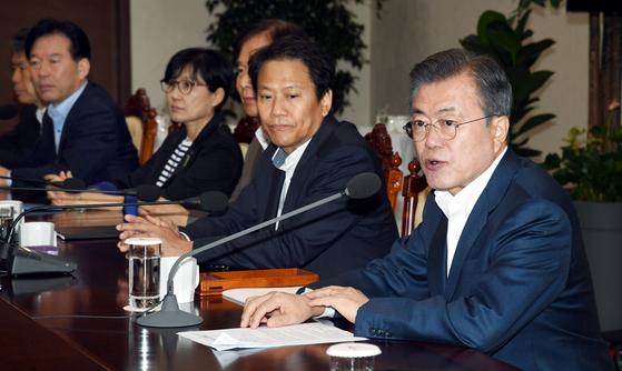 문재인 대통령(오른쪽)이 10일 오전 청와대 여민관에서 열린 수석보좌관회의에서 모두발언을 하고 있다. [청와대사진기자단]