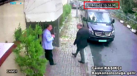 2일 이스탄불의 사우디 대사관으로 들어가는 카쇼기의 모습이 담긴 CCTV 영상. [EPA=연합뉴스]