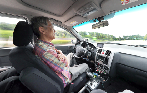 한민홍 전 고려대 교수가 지난 20일 경기도 용인시의 도로에서 자율주행차를 시험 운행하고 있다. 한 교수는 은퇴한 지금도 용인 수지의 개인 연구실에서 연구개발을 계속하고 있다. 최승식 기자