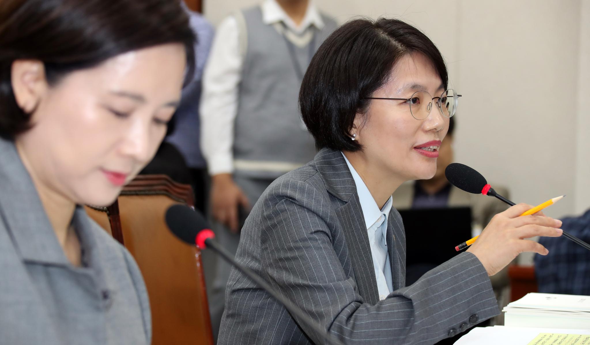 한국당 김현아 의원이 유은혜 사회부총리 겸 교육부장관을 인정하지 않는다며 박춘란 차관에게 질의, 박 차관이 대답하고 있다. 변선구 기자