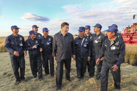 9월 시진핑 국가주석이 중국 헤이룽장성에 있는 한 농장을 방문해 일꾼들과 대화하고 있다. [AP=연합뉴스]
