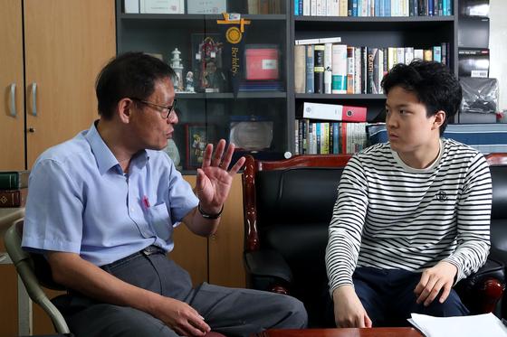 '신세대 신동' 송유근씨가 '원조 신동' 김웅용 신한대 교수(왼쪽)에게 인생 경험담을 듣고 있다. 장진영 기자