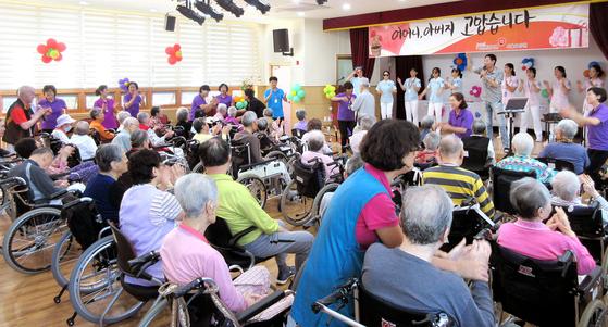 전국 3300개 요양시설 중 가장 인기가 좋은 서울요양원에서 직원들이 생신을 맞은 어르신들을 위해 축하 잔치를 하고 있다. 이곳에 입소한 150명의 어르신 평균 연령은 86세다. [사진=서울요양원]